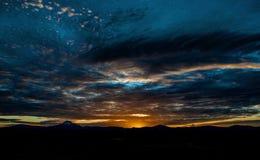 Sonnenuntergang über einem Berg stockfoto