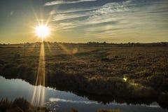 Sonnenuntergang über einem Feld lizenzfreies stockbild