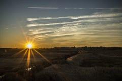 Sonnenuntergang über einem Feld Lizenzfreie Stockfotos