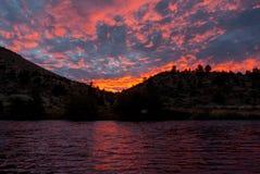 Sonnenuntergang über einem Fluss stockbild
