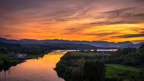 Sonnenuntergang über einem Fluss in Slowakei Stockbilder