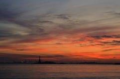Sonnenuntergang über einem Freiheitsstatuen lizenzfreie stockfotografie