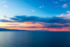 Sonnenuntergang über einem Gebirgsrücken beim Baikalsee Lizenzfreie Stockbilder