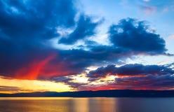 Sonnenuntergang über einem Gebirgsrücken beim Baikalsee Lizenzfreies Stockfoto
