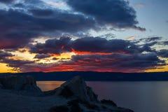Sonnenuntergang über einem Gebirgsrücken beim Baikalsee Stockbild