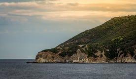 Sonnenuntergang über einem großen Felsen Lizenzfreies Stockbild