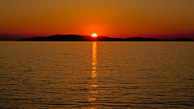 Sonnenuntergang über einem islandin das adriatische Meer Stockbilder