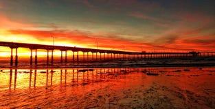 Sonnenuntergang über einem Kalifornien, Pier lizenzfreie stockfotos