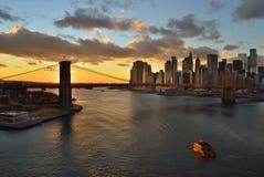 Sonnenuntergang über einem Manhattan lizenzfreie stockbilder