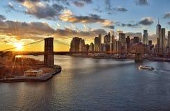 Sonnenuntergang über einem Manhattan stockbilder