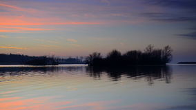 Sonnenuntergang über einem See stock footage