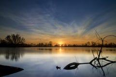 Sonnenuntergang über einem See Stockfotografie