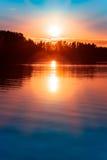Sonnenuntergang über einem See in Nordeuropa Lizenzfreies Stockfoto