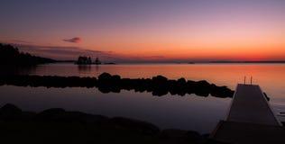 Sonnenuntergang über einem See in Schweden Stockbild