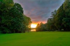 Sonnenuntergang über einem Seeufer Lizenzfreie Stockfotos