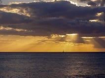 Sonnenuntergang über einem Segelboot in Oahu stockbild