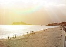 Sonnenuntergang über einem Strand nahe von Tokyo in Japan Lizenzfreies Stockfoto