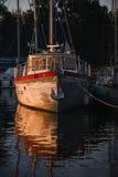 Sonnenuntergang über einem verankerten Segelboot im Marinesoldaten Lizenzfreies Stockfoto