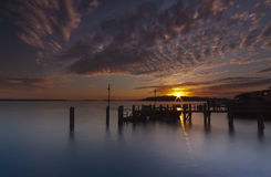 Sonnenuntergang über einer Anlegestelle nahe Brownsea-Insel in Poole-Hafen stockfoto