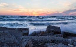 Sonnenuntergang über einer felsigen Küste stockfotografie