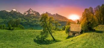 Sonnenuntergang über einer Lichtung in den Alpenbergen Lizenzfreie Stockfotografie