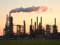 Sonnenuntergang über einer Raffinerie stockfotografie