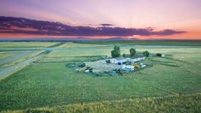 Sonnenuntergang über einer Ranch stockfotos