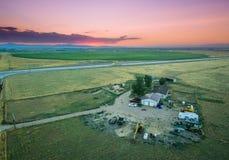 Sonnenuntergang über einer Ranch lizenzfreies stockfoto