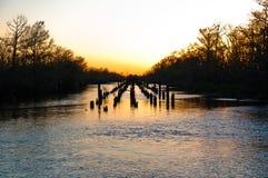 Sonnenuntergang über einer Ruine einer Brücke Lizenzfreies Stockfoto