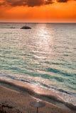 Sonnenuntergang über einsamem Strand in Griechenland Lizenzfreie Stockbilder