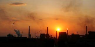 Sonnenuntergang über Fabrik stockfoto