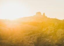 Sonnenuntergang über Felsen von Goreme und Uchisar ziehen sich, Cappadocia, die Türkei zurück stockbilder