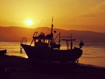 Sonnenuntergang über Fischerboot lizenzfreie stockfotografie