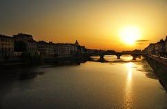 Sonnenuntergang über Fluss Arno stockbilder