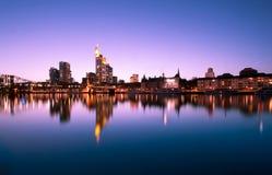 Sonnenuntergang über Frankfurt-Skylinen Lizenzfreie Stockbilder