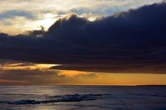 Sonnenuntergang über gefrorenem Meer Lizenzfreie Stockfotos