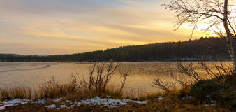 Sonnenuntergang über gefrorenem See Stockfotos