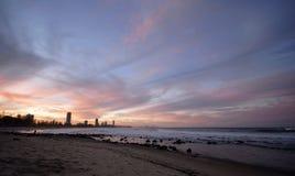 Sonnenuntergang über Gold- Coaststadt Stockfotografie
