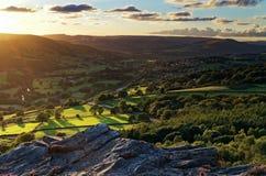 Sonnenuntergang über grünen Tälern lizenzfreie stockfotos