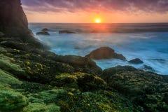 Sonnenuntergang über Gray Whale Cove State Beach stockfotografie