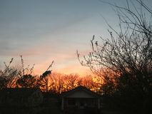 Sonnenuntergang über Haus Stockbilder
