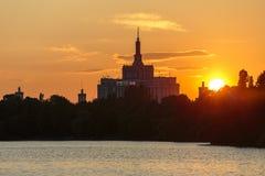 Sonnenuntergang über Haus der freien Presse, Bucharest Stockbilder