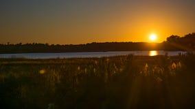 Sonnenuntergang über James River in historischem Virginia stockfotografie