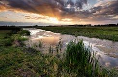Sonnenuntergang über Kanal im niederländischen Ackerland stockbilder