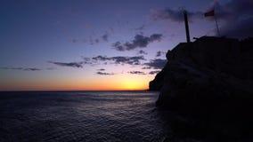 Sonnenuntergang über Klippen in Petrovac-Panorama stock video footage