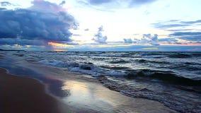 Sonnenuntergang über Lake- Superiorwellen stock video