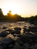 Sonnenuntergang über Landschaftsfluß stockfotografie