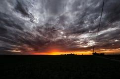 Sonnenuntergang über landwirtschaftlichem grünem Feld - August 2016 - Italien, Bolo Lizenzfreies Stockbild