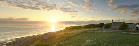 Sonnenuntergang über lindisfarne lizenzfreies stockbild