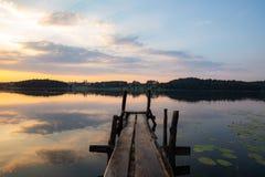 Sonnenuntergang über litauischem See lizenzfreie stockfotografie